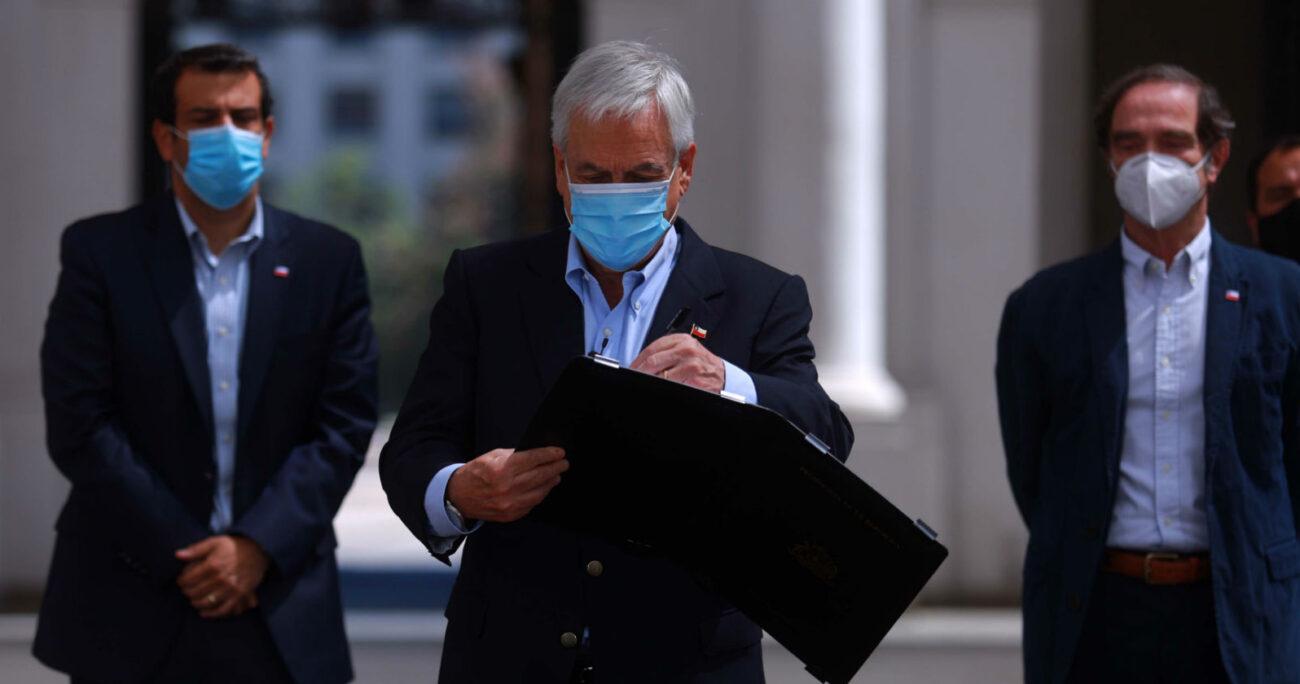 Piñera junto a sus ministros en el punto de prensa realizado en La Moneda. Foto: Agencia Uno.
