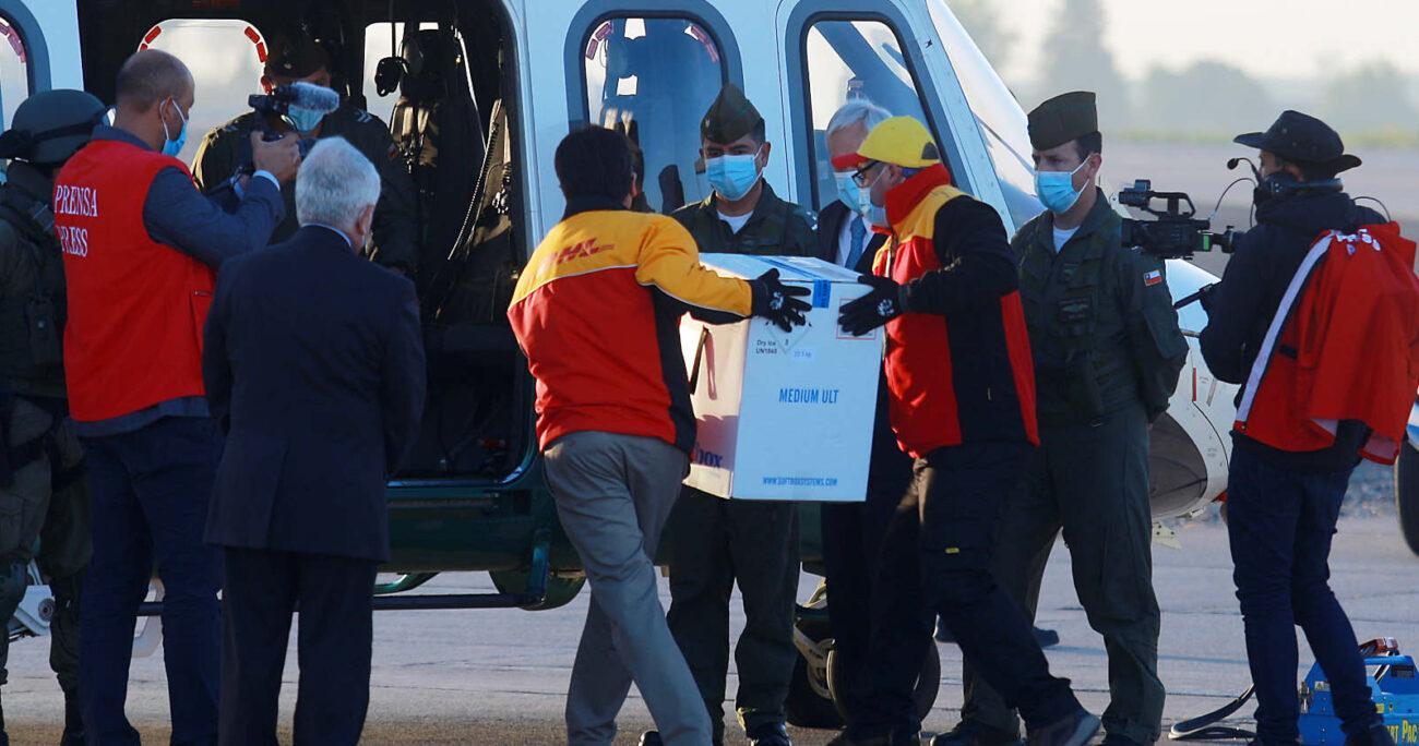 Descargan una camioneta con las vacunas para subirlas a un helicóptero de Carabineros. Foto: Agencia Uno.