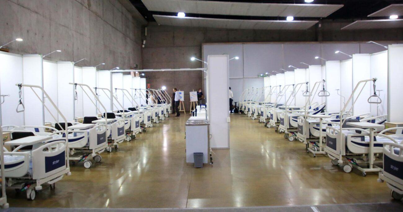 Según los trabajadores, estas camas adicionales no ayudaron a disminuir el colapso permanente que vive el Servicio de Urgencia. Foto: Agencia UNO