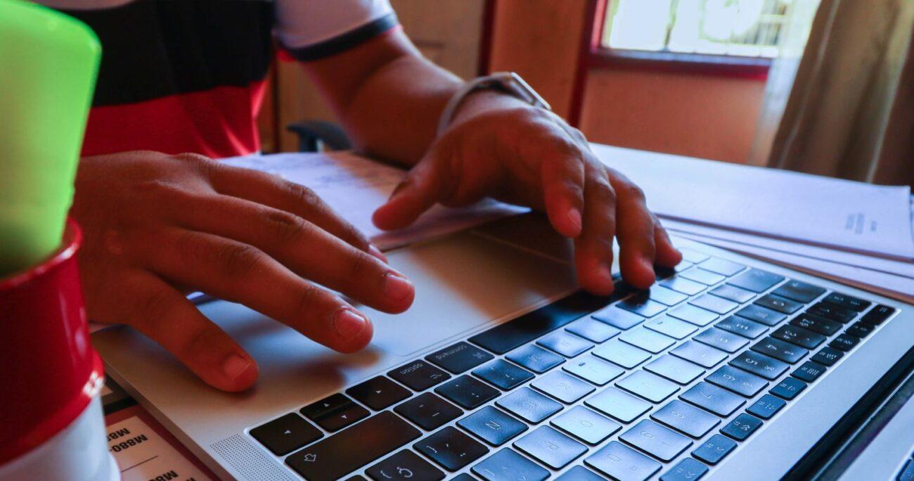 Proceso de postulación online a becas Junaeb. Foto: Agencia Uno.