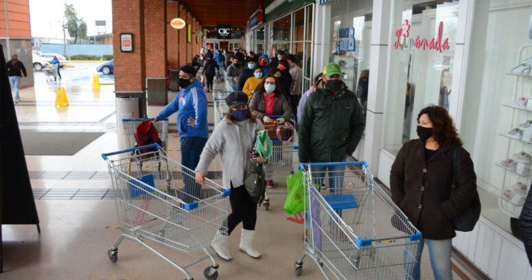 Por qué se prohibió la venta de productos no esenciales en supermercados de comunas en cuarentena