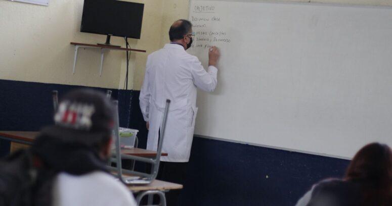Profesores, asistentes y educadores de párvulos serán parte del 30% prioritario para la vacunación