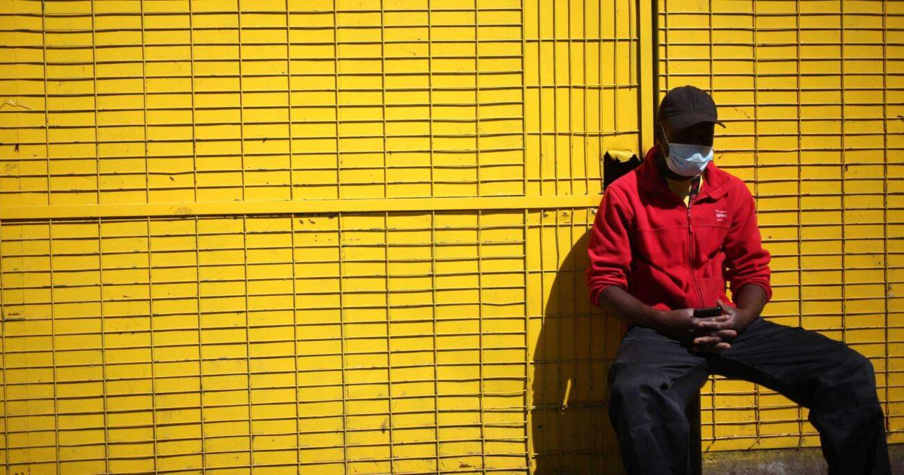 Trabajador de la distribuidora La Caserita ubicada en la comuna de Recoleta. Foto: Agencia Uno.