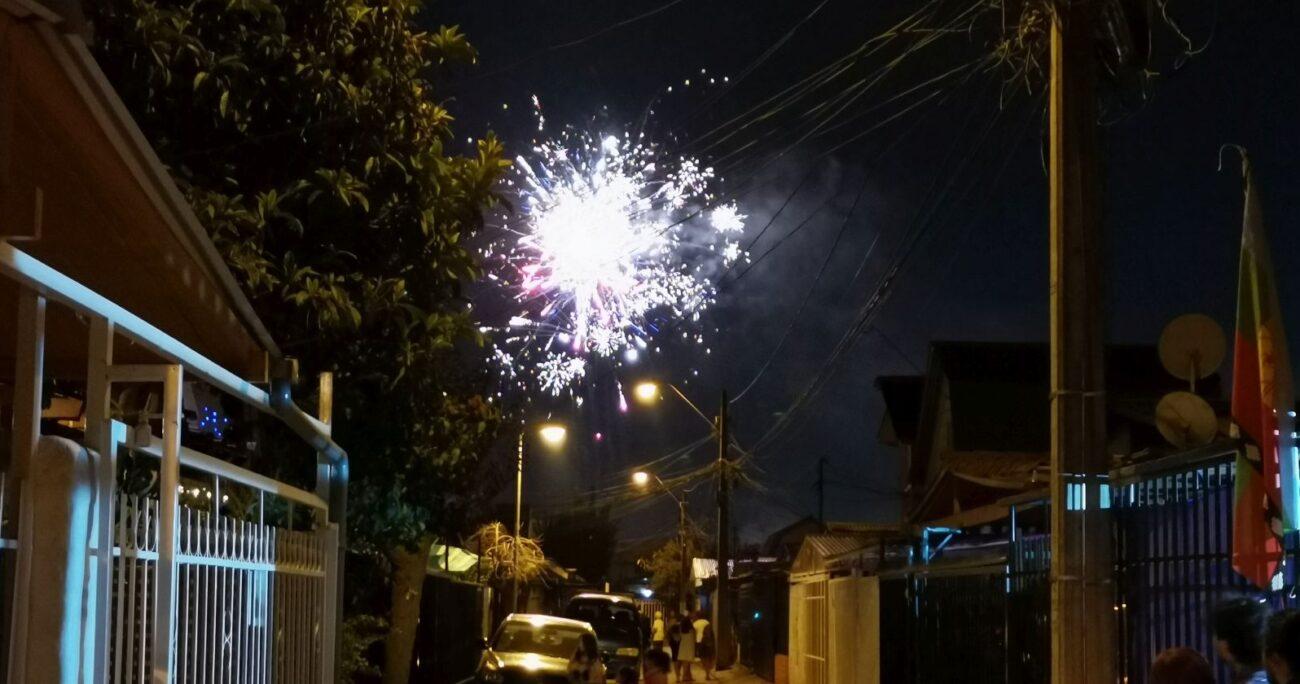 Fuegos artificiales lanzados durante la noche de Año Nuevo en Maipú. Foto: Agencia Uno