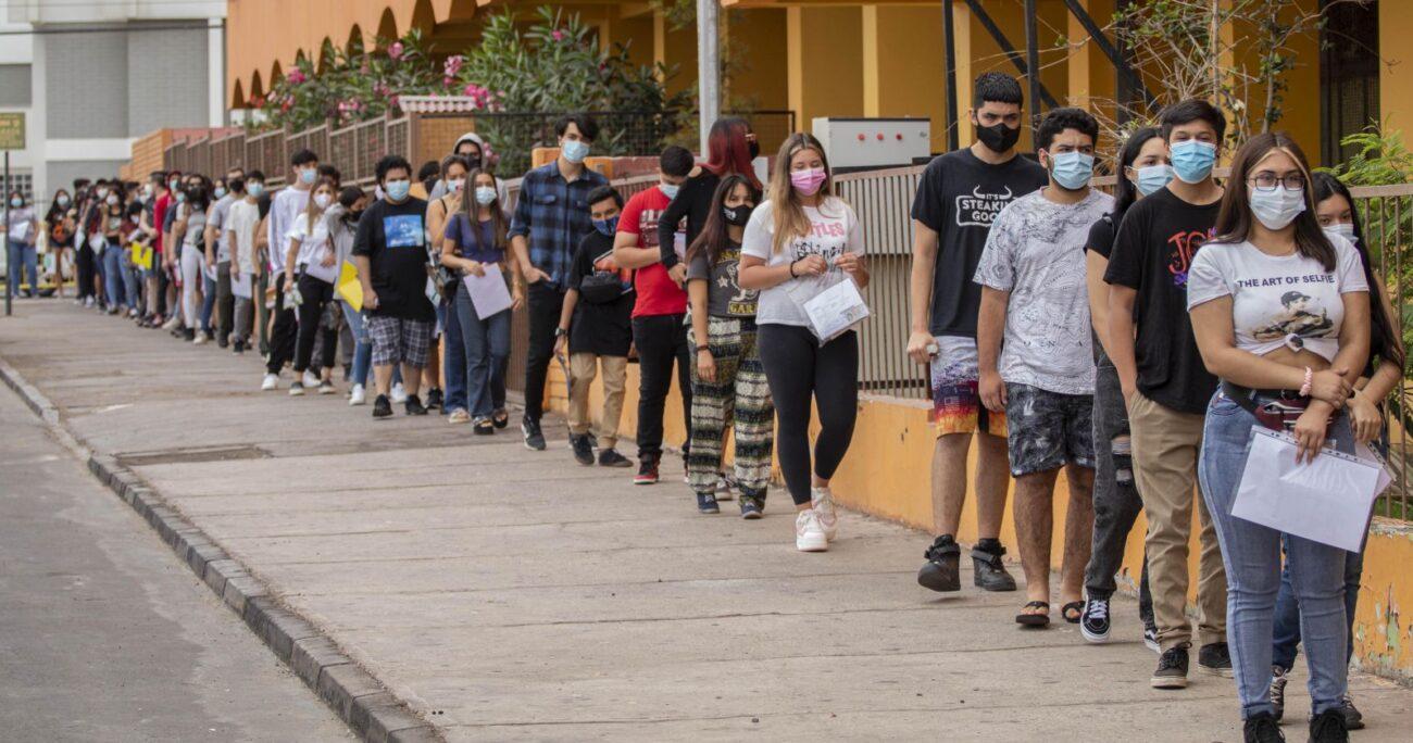 Postulantes realizando una fila en un local de rendición de Arica. Foto: Agencia Uno.