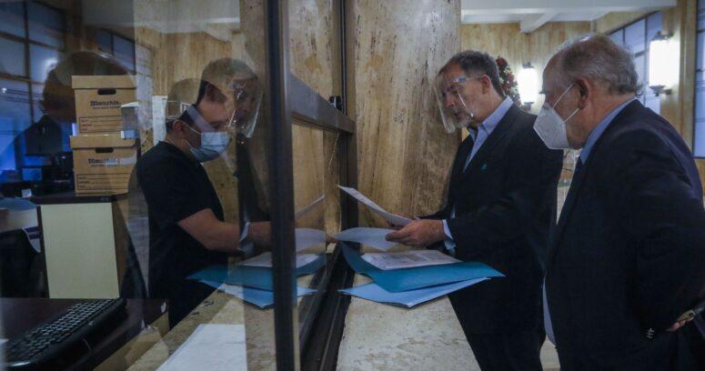 Senadores de oposición llegan a Contraloría por licitación del Instituto de Tecnologías Limpias