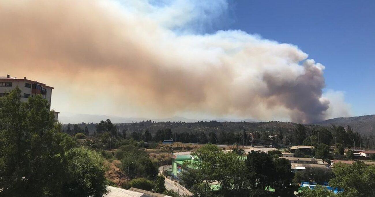El humo del incendio se ve desde Valparaíso y Viña del Mar. Foto: Agencia Uno.
