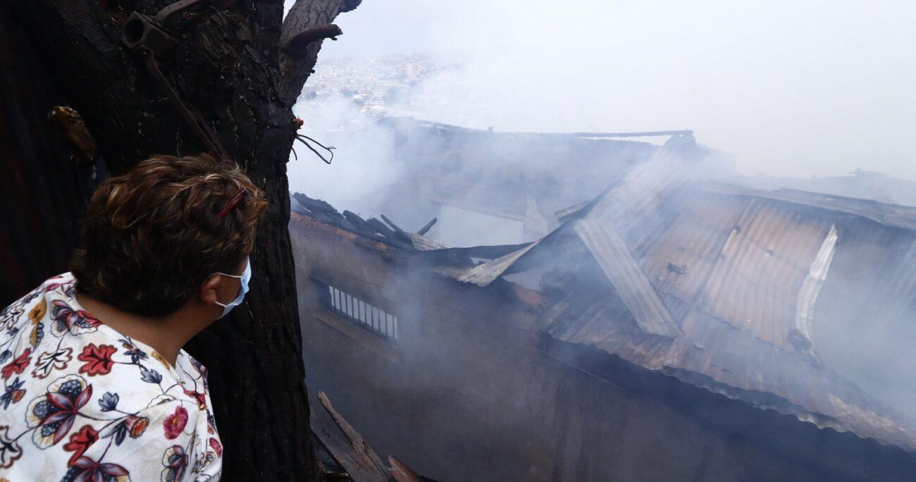 Labocar de Carabineros investigará el origen del fuego en cerro Toro. Foto: Agencia UNO