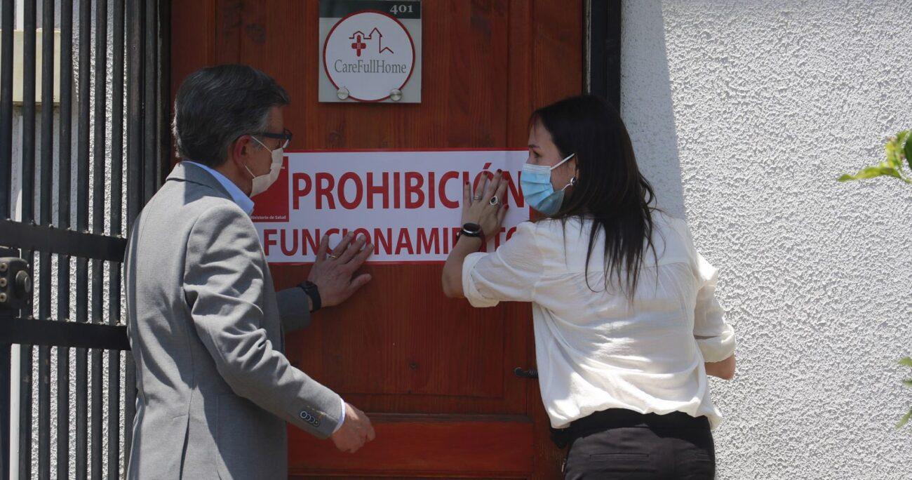 El alcalde Joaquín Lavín y la seremi Paula Labra clausuraron la empresa. Foto: Agencia Uno.