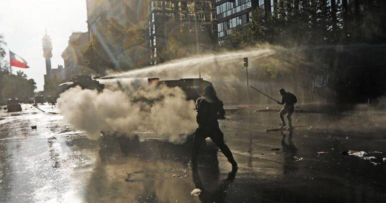 Nueva jornada de protestas en Plaza Baquedano dejó 15 detenidos