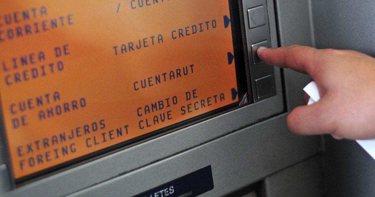 Cajero automático de BancoEstado. Foto: Agencia Uno.