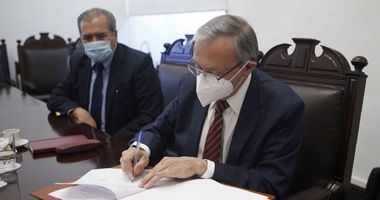 Universidad de Chile firmó acuerdo para avanzar en un centro productor de vacunas