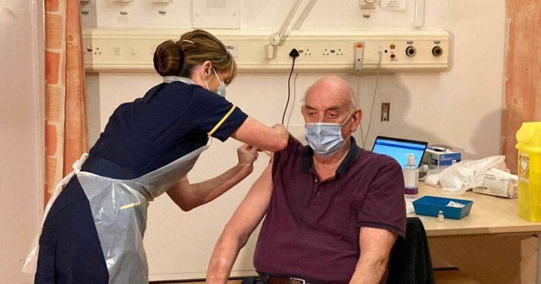 Hombre de 82 años recibió la primera vacuna de Oxford/AstraZeneca en Reino Unido