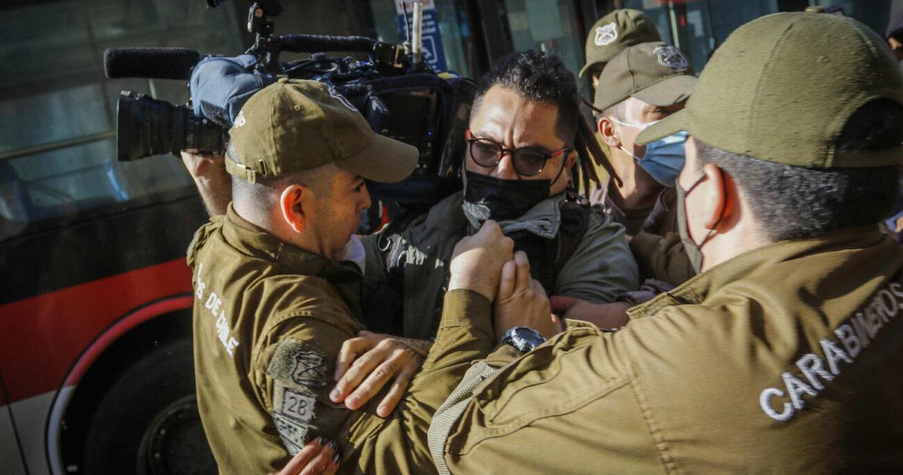 Álex Cuadra siendo detenido por Carabineros. Foto: Agencia Uno.