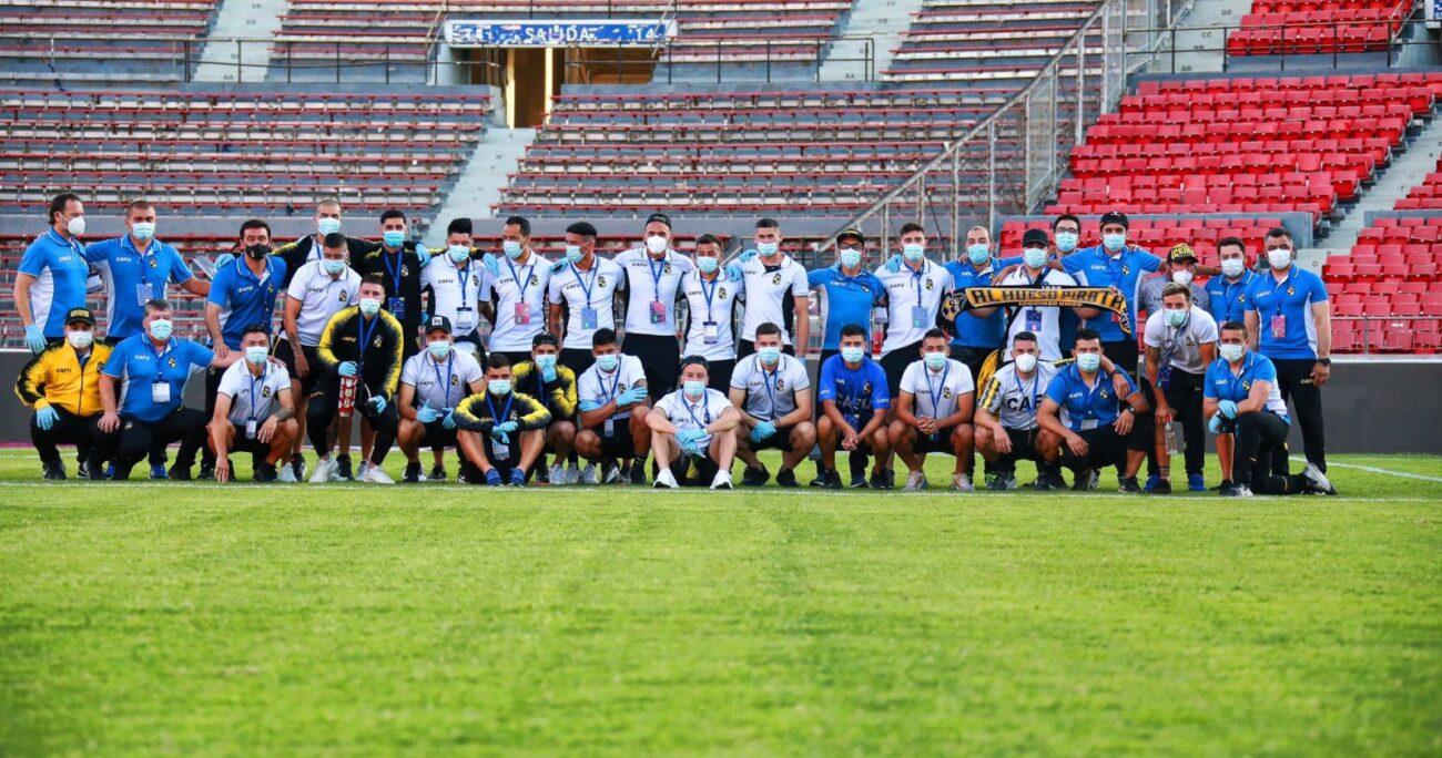 El plantel chileno esperando a los argentinos en el Estadio Nacional. Foto: Coquimbo Unido