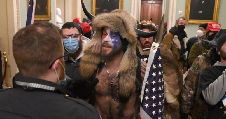 Quién es el hombre vestido con pieles y cuernos que asaltó el Congreso de EE.UU.