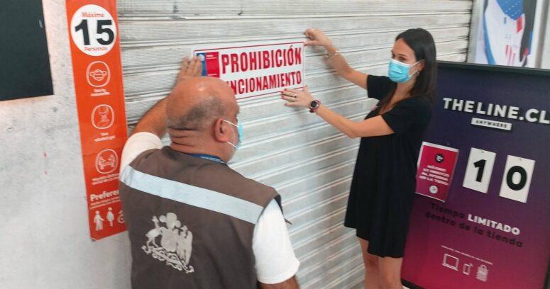 Seremi de Salud clausura tiendas de zapatillas en Mall Plaza Vespucio