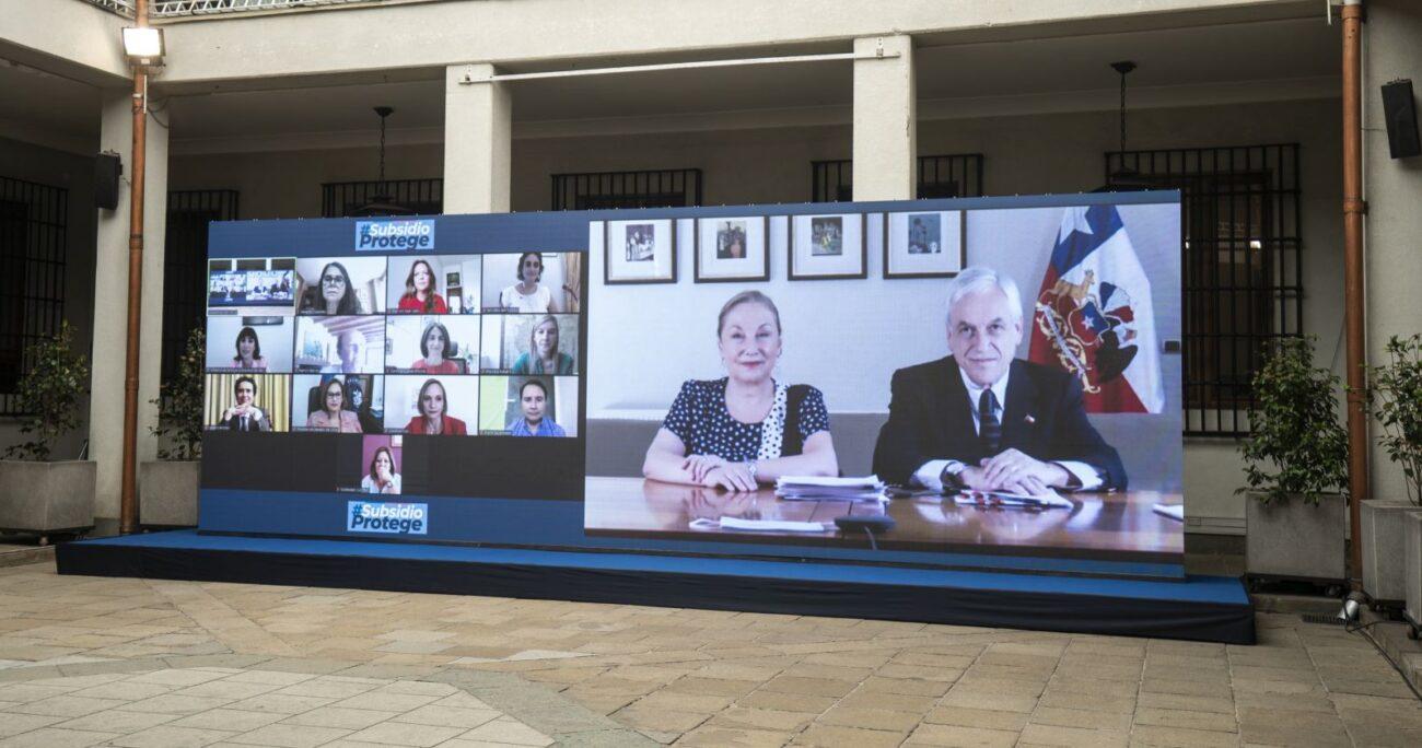 El mandatario junto con Cecilia Morel durante el anuncio. Foto: Sebastián Rodríguez/Presidencia