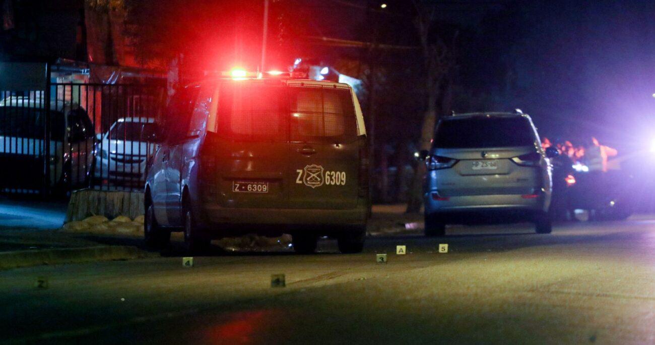 Un vehículo chocó contra otro, afectando la señalética en calles Dorsal con Caupolicán, y provocando el accidente. Foto: Agencia UNO/Archivo