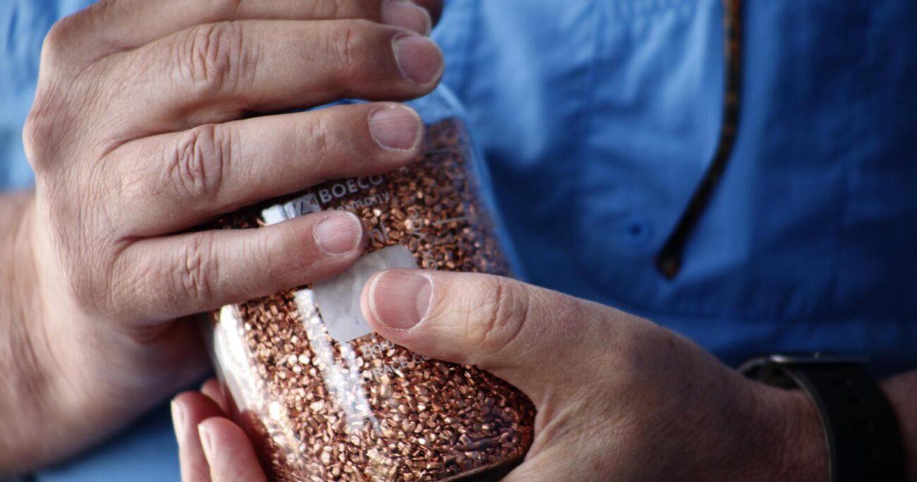 Frasco con partículas de cobre para proceso de sanitización con nanopartículas de cobre. Imagen: Agencia UNO/ARCHIVO