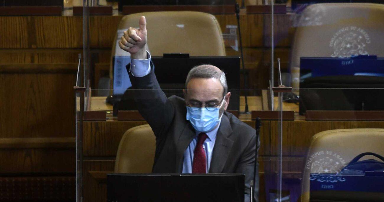 René Saffirio votando proyectos de ley en la Cámara de Diputados el pasado mes de octubre. (Agencia UNO/Archivo).