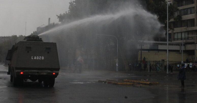 Incidentes en Plaza Baquedano provocan cortes y desvíos de tránsito