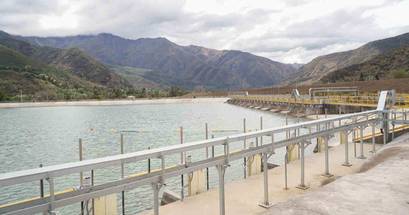 Uno de los mega estanques de Pirque. (Agencia Uno/Archivo)