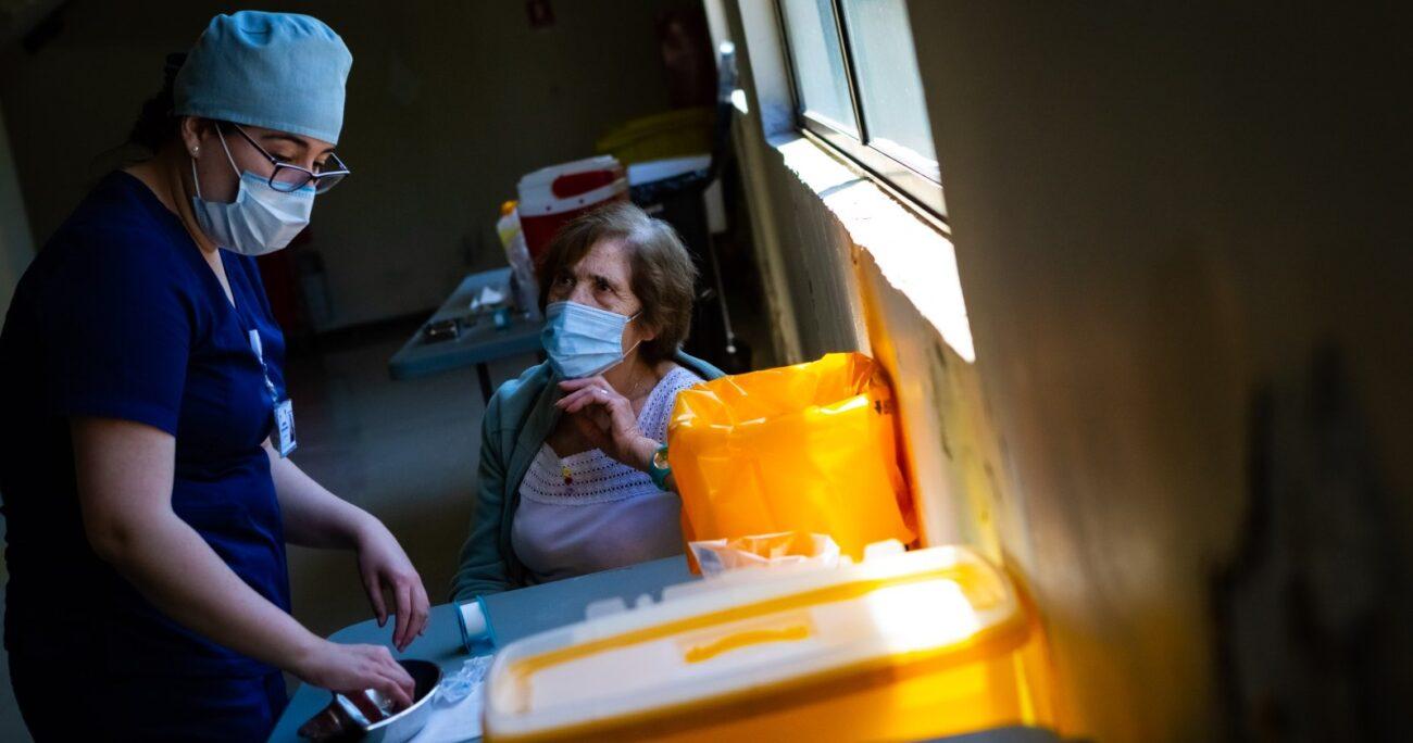 A la fecha se han vacunado casi 1,4 millones de personas en Chile. (Agencia UNO/Archivo).