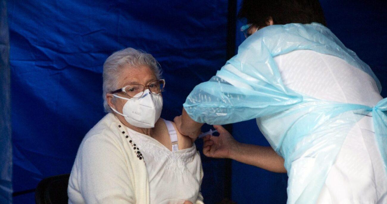 Proceso de vacunación a adultos mayores. Foto: Agencia Uno.
