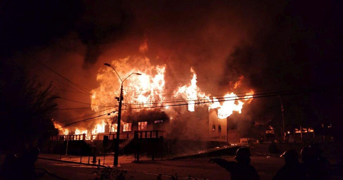 El incendio en uno de los edificios. Foto: Agencia Uno