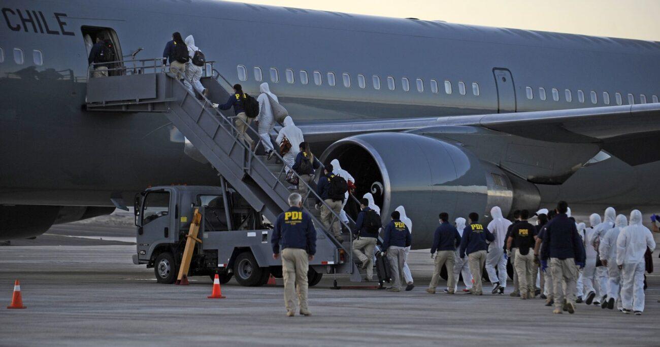 Los ciudadanos extranjeros abordando el vuelo que los sacó del país. Foto; Agencia Uno