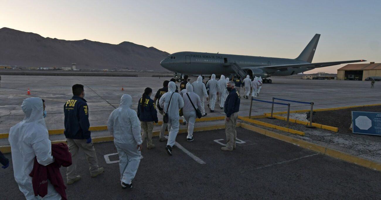 Los ciudadanos extranjeros siendo trasladados hacia el avión. Foto: Agencia Uno