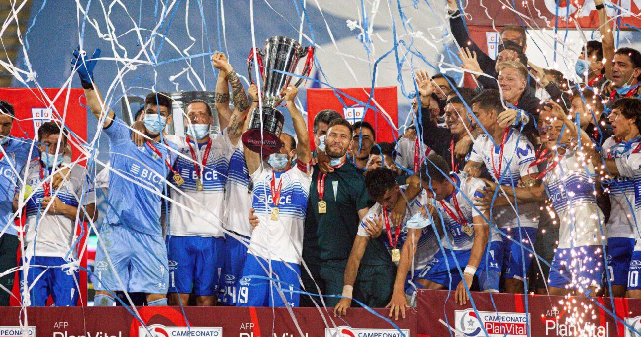 Los jugadores cruzados levantando la copa. Foto: Agencia Uno