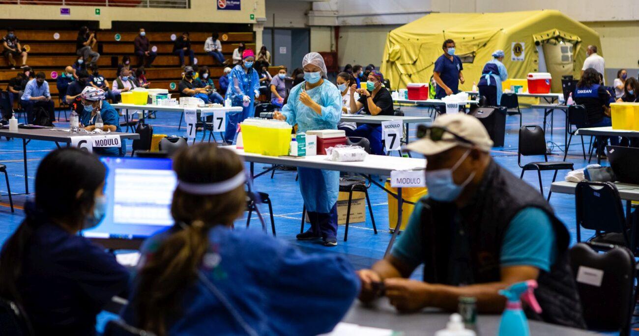 El centro de vacunación del edificio Arena Puerto Montt. (Agencia Uno)