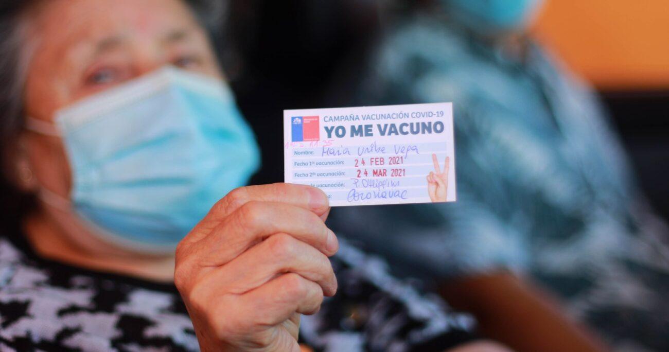 """Adulta mayor muestra su credencial de vacunación durante la implementación del plan """"Vacúnate en el Auto"""". (Agencia UNO/Archivo)."""