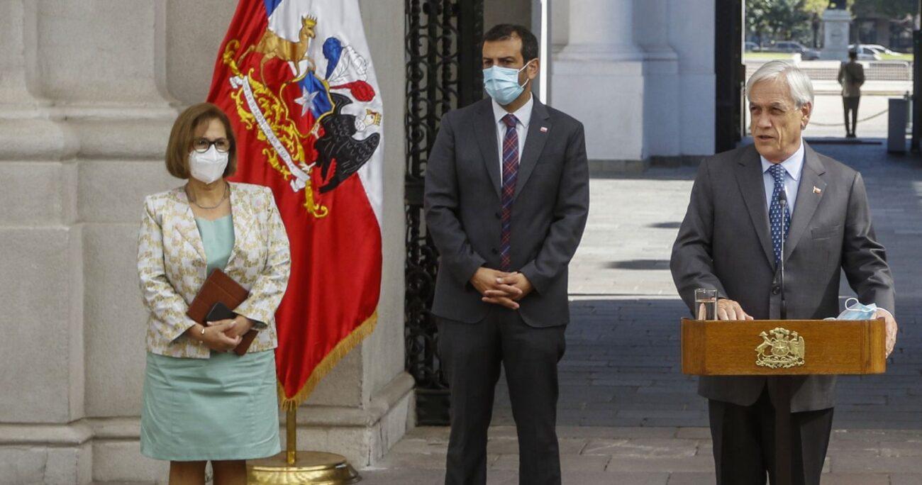 Adriana Muñoz junto al ministro Rodrigo Delgado (cent) y el presidente Sebastián Piñera tras reunión de los poderes del Estado en La Moneda. (Agencia UNO/Archivo).