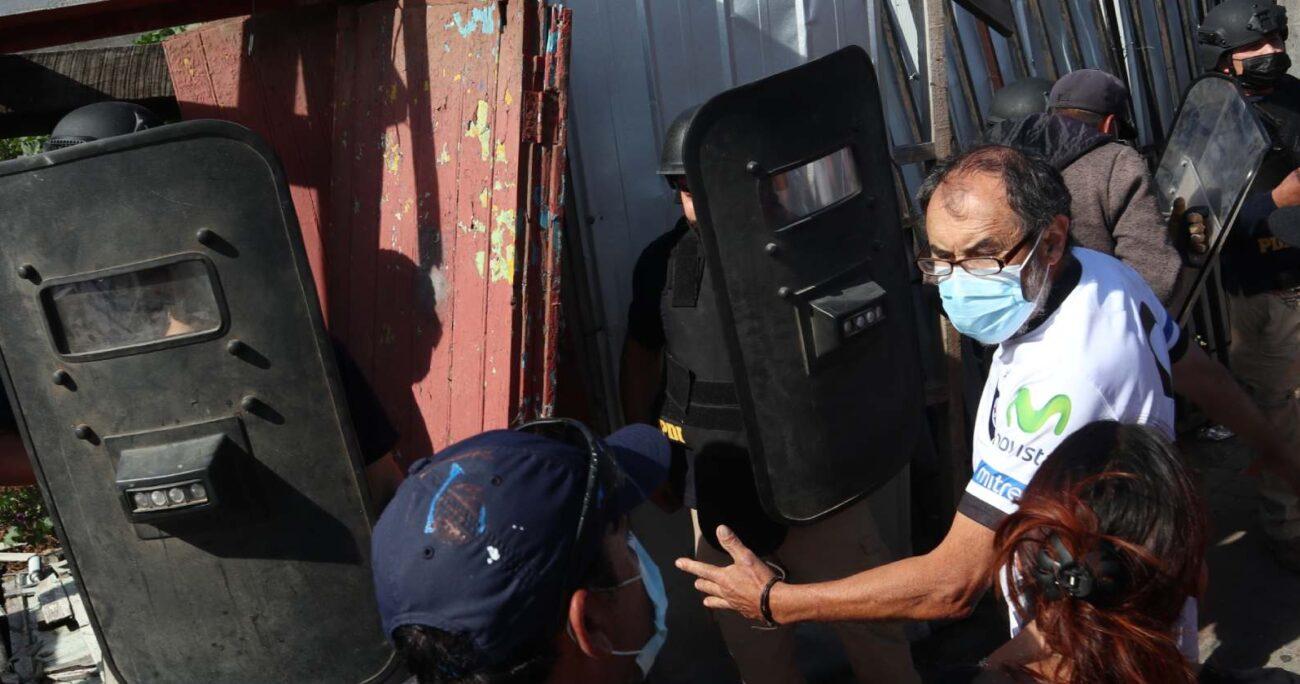 Los manifestantes mostraron su enojo tras conocer la detención del tío abuelo del menor. Foto: Agencia UNO