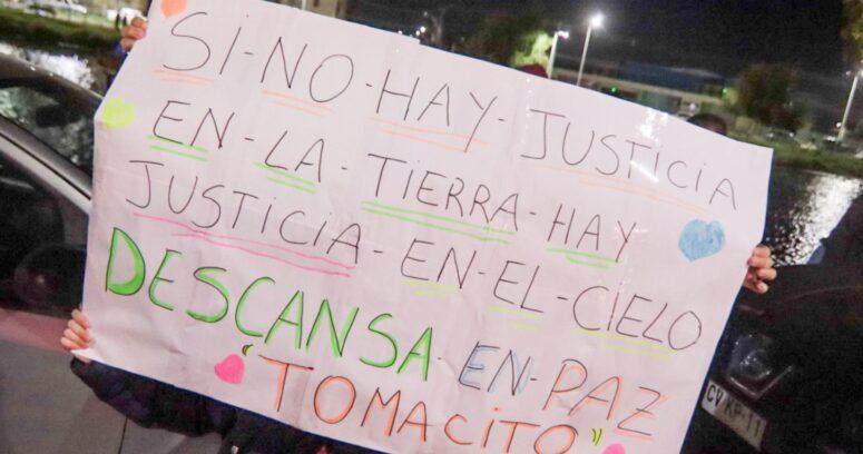 Vecinos realizan masiva velatón para recordar a Tomás Bravo