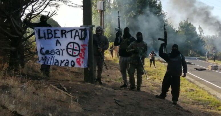 Encapuchados armados con fusiles cortan tránsito entre Cañete y Tirúa