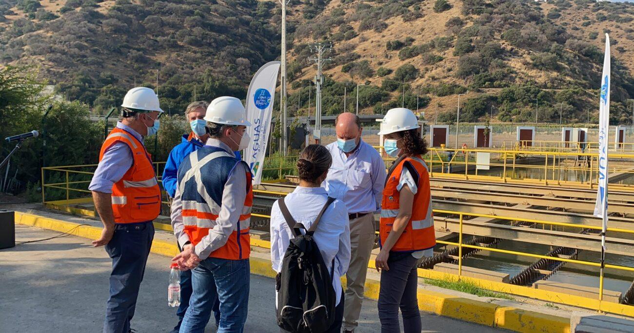 Las autoridades revisando las condiciones de las plantas de agua. Foto: MOP