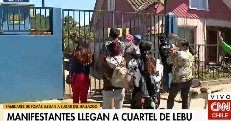 VIDEO – Manifestaciones en cuartel de PDI de Lebu tras detención de tío abuelo de Tomás Bravo