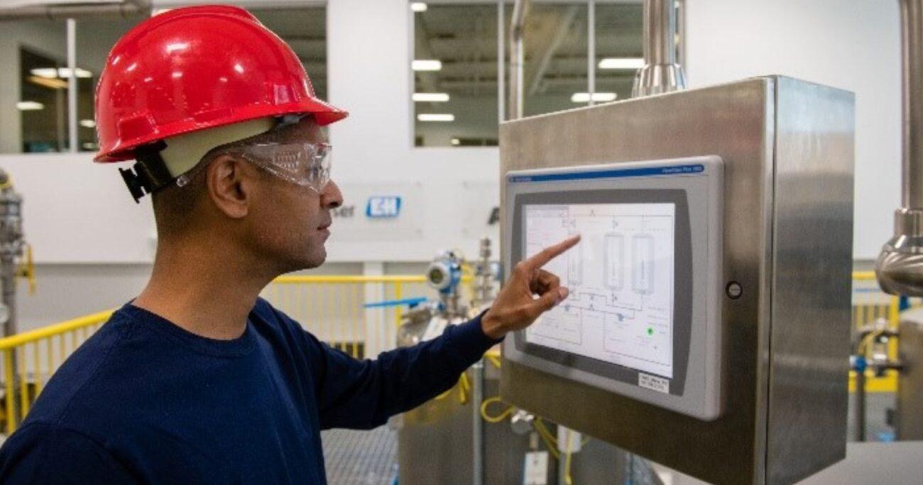 Trabajador en fábrica revisa el proceso de trabajo en software de automatización. (Facebook Rockwell Automation)