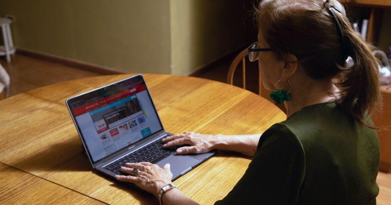 Mujer mayor usando un computador conectado a Internet desde su casa en medio de la cuarentena por la pandemia. (Agencia UNO/Archivo)