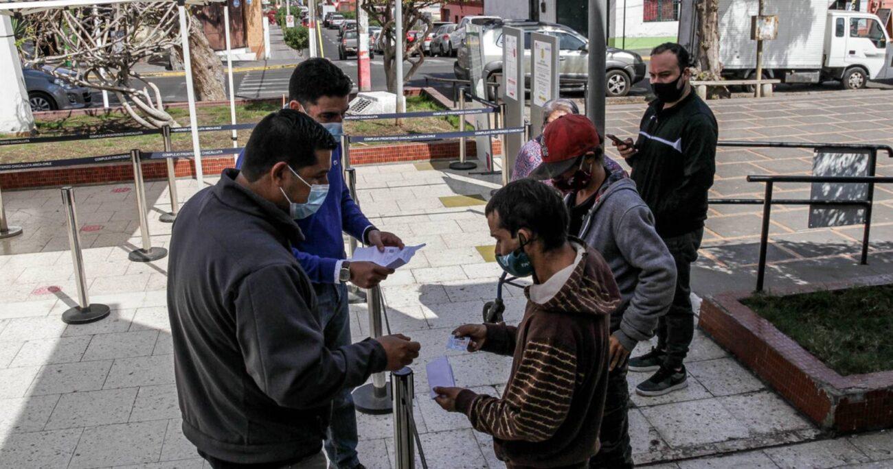 Quienes tengan que acudir a las oficinas en comunas en cuarentena deben solicitar un permiso. (Agencia UNO/Archivo)