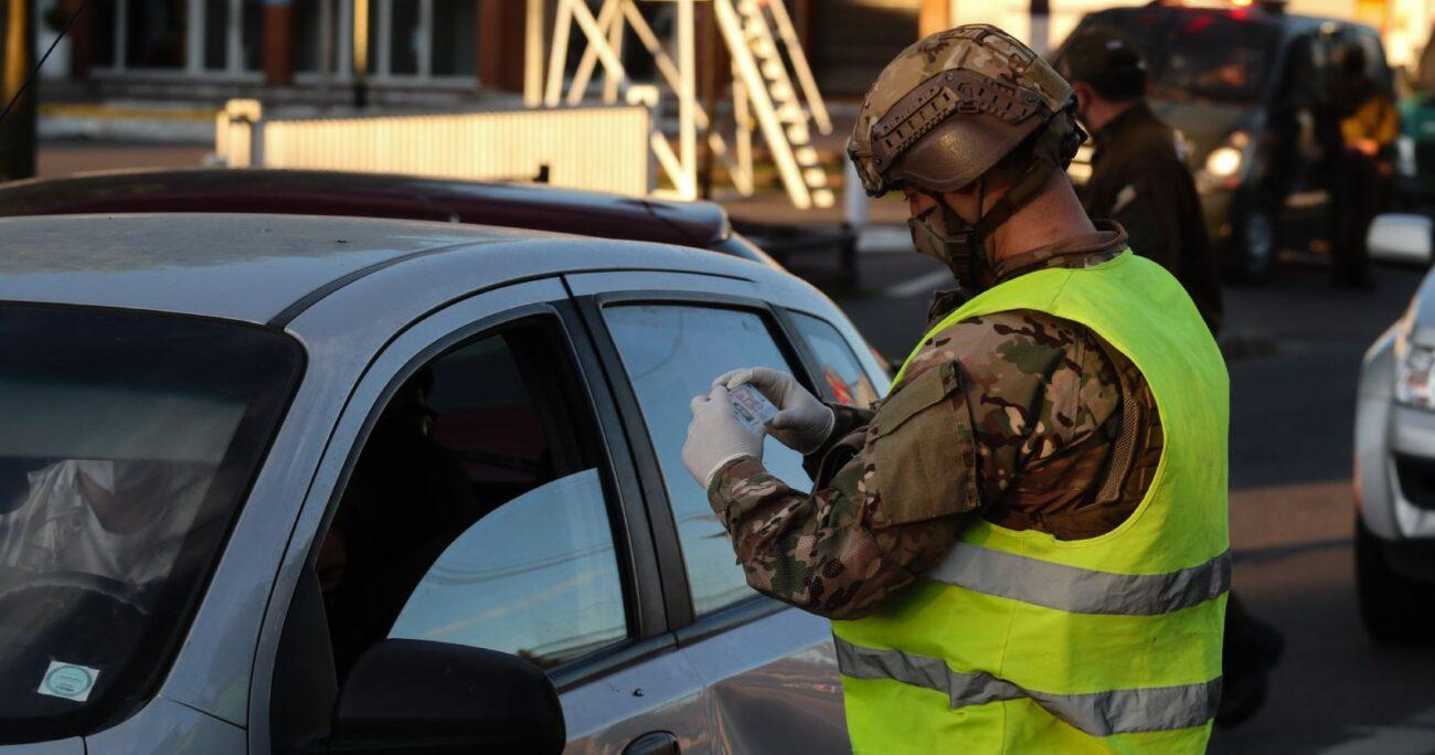 Militar realiza fiscalización luego de la ampliación toque de queda en el Gran Concepción en noviembre de 2020. (Agencia UNO/Archivo)