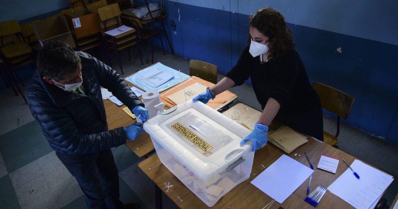 Vocales abren una urna en el Liceo Eduardo de la Barra de Valparaíso cuentan votos de las elecciones Primarias de Gobernador en noviembre de 2020. (Agencia UNO/Archivo)