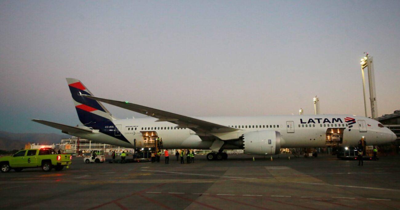 El avión primero arribó a Chile para dejar nuevas vacunas que completarían otras 4 millones de dosis. (Archivo/Agencia UNO)