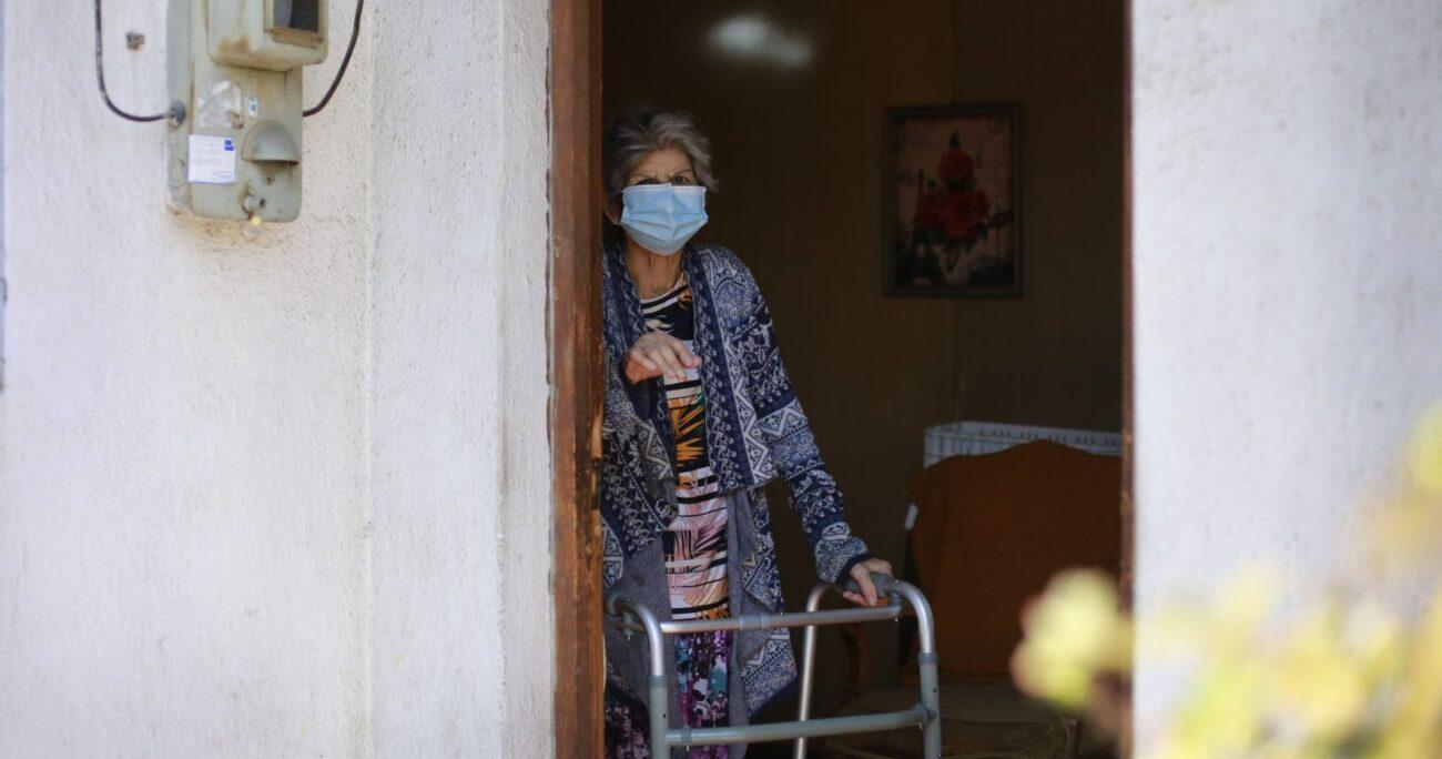 Mujer de la tercera edad participa del programa Ochenta, iniciativa de la Municipalidad de Cerro Navia para la vacunación de mayores de 80 años. (Agencia UNO/Archivo)