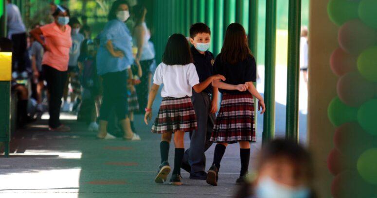 Cerca de 3,6 millones de escolares retoman las clases este lunes