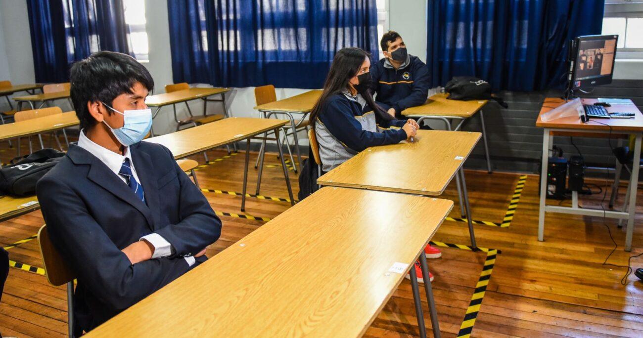 Alumnos durante el retorno a clases en el Liceo Comercial Bicentenario de Temuco. (Agencia Uno/Archivo)